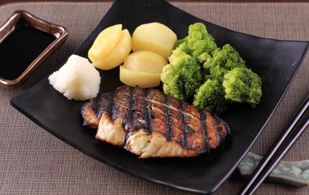 Yakizakana - Acompanha batata e brócolis
